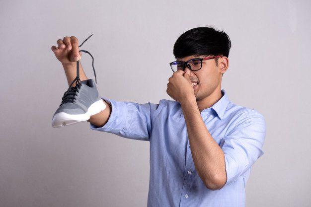 menghilangkan bau sepatu