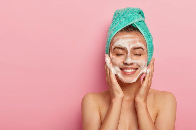 rutin membersihkan wajah