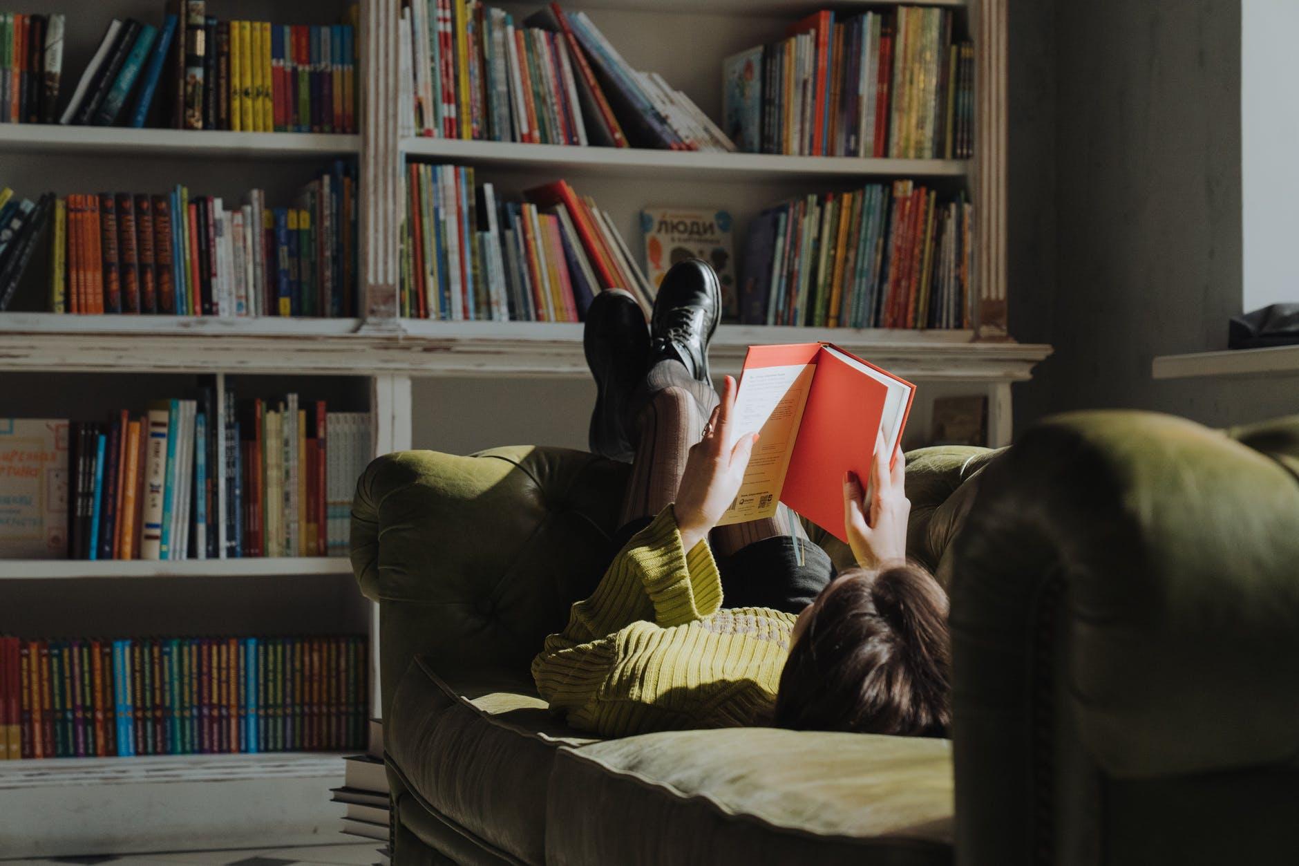 Suka Membaca? Yuk Buat Perpustakaan Mini Sendiri di Apartemen
